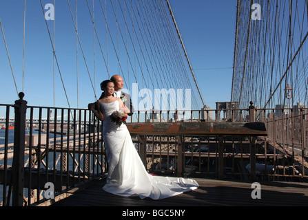 paar in Hochzeitskleidung auf der Brooklynbridge, New York city - Stockfoto
