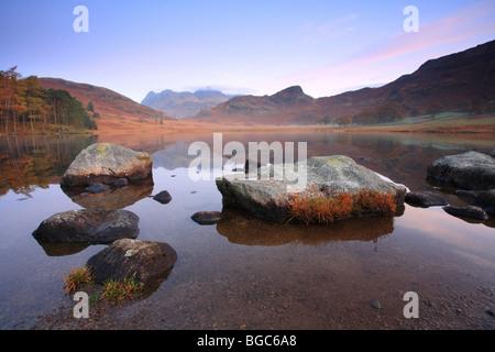"""Blea Tarn wenig Langdale"" Felsen spiegelt sich am Rand Wassers, Lake District National Park, UK. - Stockfoto"