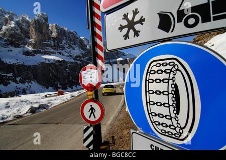 Zeichen und Mini Cooper am Grödner Joch, Alpine übergeben, Südtirol, Italien, Europa - Stockfoto
