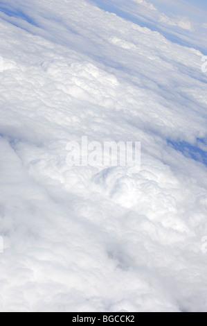 Weiße Wolken Ansicht von oben aus einem Flugzeug