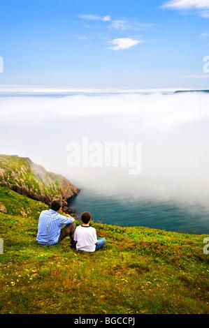 Vater und Sohn auf der Suche im nebligen Ocean View in Neufundland - Stockfoto