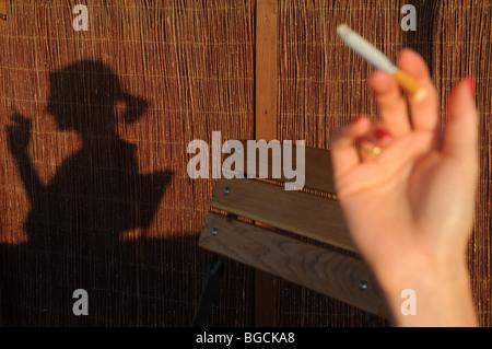Frau Rauchen Zigarette - Stockfoto