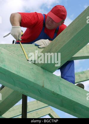Zimmermann, die Messung des Hauses Dachsparren Strahl - Stockfoto