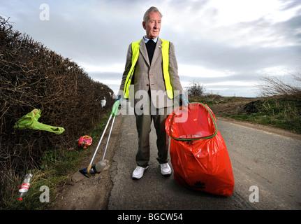 Stan Stone vom unteren Apperley Gloucestershire UK, freiwillig Wurf im Bereich sammelt - Stockfoto