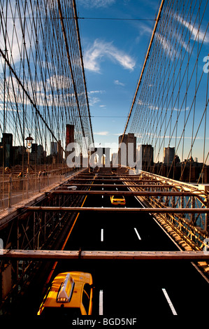 Schuss von New York Yellow Cabs der Brooklyn-Brücke in Richtung Lower Manhattan - Stockfoto