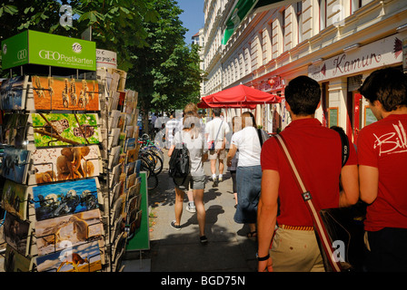 Typische Straßenszene Prenzlauer Berg. Cafés, Restaurants, Passanten. Kastanienallee, Bezirk Prenzlauer Berg, Berlin, - Stockfoto