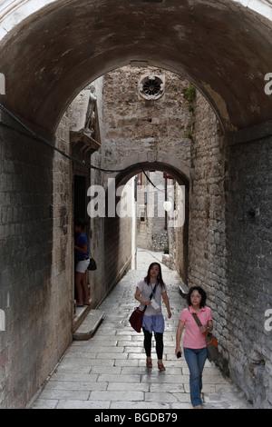 Asiatische Touristen in einer alten Stadt Lane, Sibenik, Dalmatien, Adria, Kroatien, Europa - Stockfoto