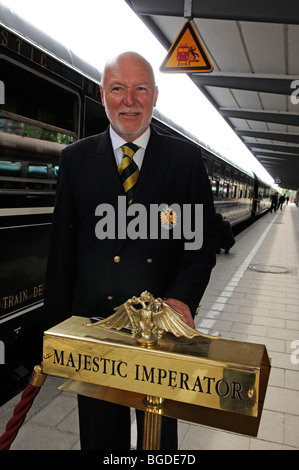 Zugbegleiter, Imperial Dinner-Zug von München nach Füssen, Bayern, Deutschland, Europa - Stockfoto