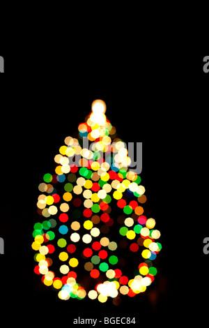 Out of Focus bunte Lichter auf einem Weihnachtsbaum in Birmingham, England, UK - Stockfoto