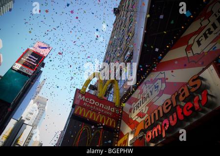 Konfetti während Silvester am Times Square verwendet werden ist ein Testflug am Times Square in New York gegeben. - Stockfoto