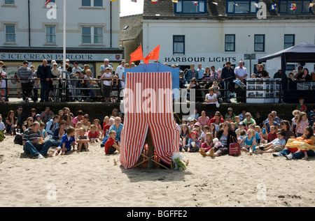 Rückansicht der Punch and Judy Show am Strand, Isle Of Man - Stockfoto