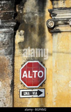 Stoppschild (alt) und eine Möglichkeit auf Calle de Los Pasos zu unterzeichnen. Antigua Guatemala, Guatemala, Mittelamerika - Stockfoto