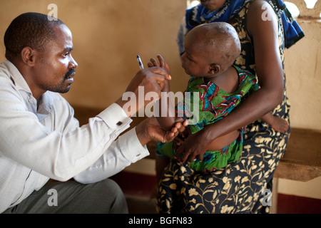 Kinder erhalten eine ärztliche Untersuchung, Chekereni Village, Tansania, Ostafrika. - Stockfoto