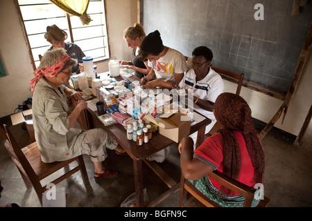 Freiwillige in Tansania unterstützen in einer karitativen Krankenstation. - Stockfoto