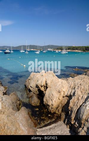 Porquerolles Island & Bay von der Plage d ' Argent mit Ankern Yachten, Îles Hyères, Var, Côte d ' Azur oder Côte - Stockfoto