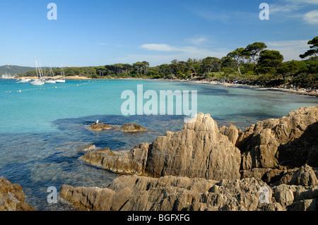 Felsige Küste der Plage d ' Argent Beach, Insel Porquerolles, Îles Hyères, Var Côte d ' Azur oder französische Riviera - Stockfoto