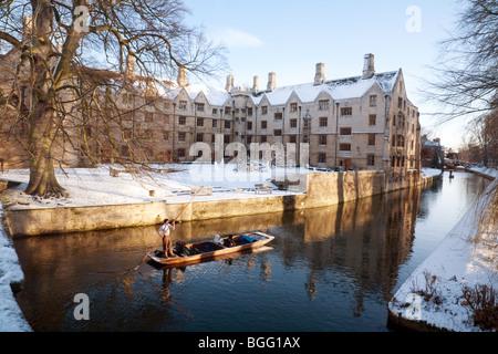 Winter uk; ein einsamer Punt mit Touristen auf dem Fluss Cam in midwinter, bodley Court, Kings College, Cambridge - Stockfoto