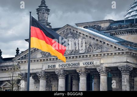 Deutsche Flagge, Reichstag, deutsche Parlamentsgebäude, Berlin, Deutschland - Stockfoto