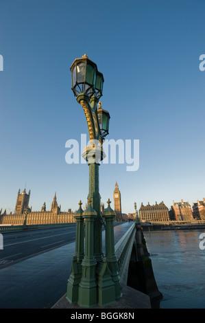 Straßenlaterne auf der Südseite der Westminster Bridge. UK Houses of Parliament im Hintergrund. London. VEREINIGTES - Stockfoto
