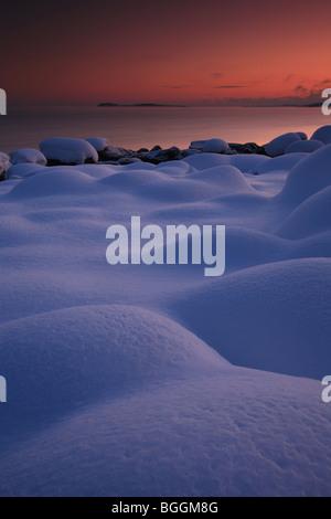 Verschneite Landschaft und bunten Himmel am Larkollen in Rygge Kommune, Østfold Fylke, Norwegen. - Stockfoto