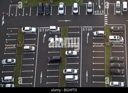 Luftaufnahme des Parkhauses mit weniger als die Hälfte der Räume genommen - Stockfoto