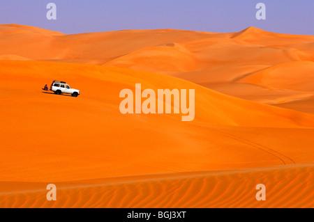 Allrad-Antrieb Auto fahren in den Dünen in das Sandmeer Awbari, Sahara, Libyen - Stockfoto