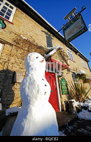 OXFORDSHIRE, VEREINIGTES KÖNIGREICH. Ein Schneemann außerhalb der Newlands Inn Gasthaus in Eynsham. 2010. - Stockfoto
