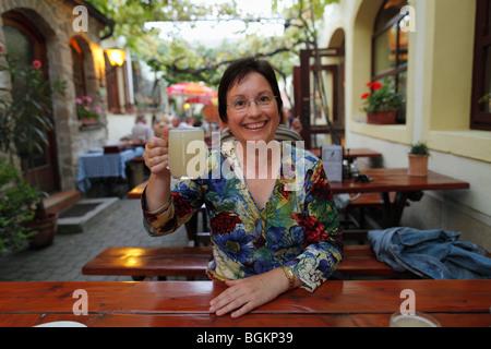 Frau mit einem Glas 'Sturm', 'Sturm', Wein Taverne Kicker, Rust am Neusiedler See, Burgenland, Österreich, Europa - Stockfoto
