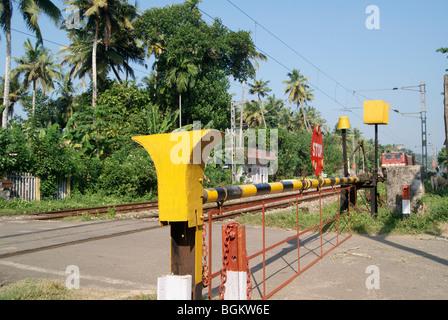 Geschlossene Indian Railway Tor und Ankunft schnell bewegten elektrischen Zug - Stockfoto