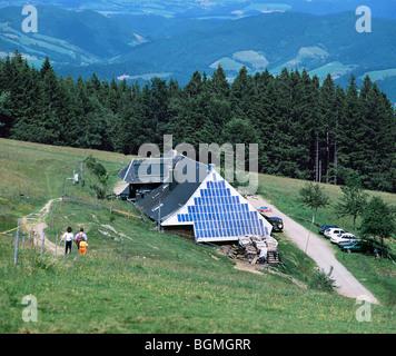 Eine photovoltaische Stromerzeugung System an der Stirnwand der Rappenecker Hof, im Schwarzwald östlich von Freiburg - Stockfoto