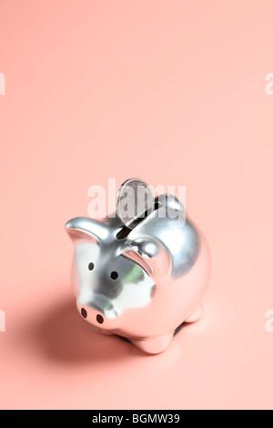 Silber Sparschwein mit chinesische Münze - Stockfoto