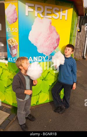 Ein MODEL Release Bild von 2 jungen essen Zuckerwatte im Vereinigten Königreich - Stockfoto
