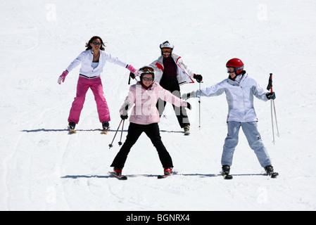 Vier Kinder Spaß Skifahren auf der Piste; Avoriaz, Morzine, Französische Alpen, Frankreich - Stockfoto