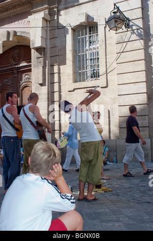 Arles, Frankreich, junger erwachsener Männer spielen Musik auf Straße Leistung im Zentrum der Stadt, - Stockfoto