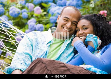 Porträt eines Mitte erwachsenen Mannes und einer jungen Frau in einer Hängematte ausruhen - Stockfoto