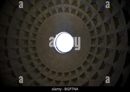 Niedrigen Winkel Blick auf Decke Kuppel im Roman Pantheon, Rom, Italien - Stockfoto
