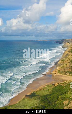 Blick von den Klippen oberhalb Cordama Strand (Praia da Cordama) Atlantik-Küste der Algarve in Portugal EU Europa - Stockfoto
