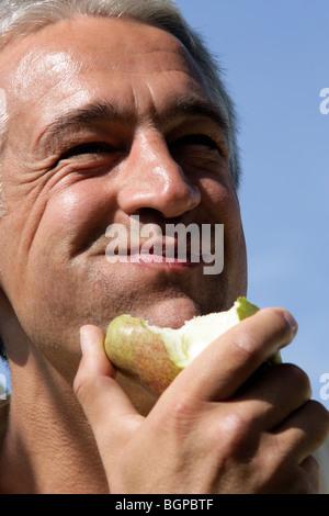 Close-up Portrait von glücklichen Menschen essen Birne - Stockfoto