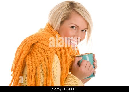 Herbstliche Mädchen hält Becher isoliert auf weißem Hintergrund - Stockfoto