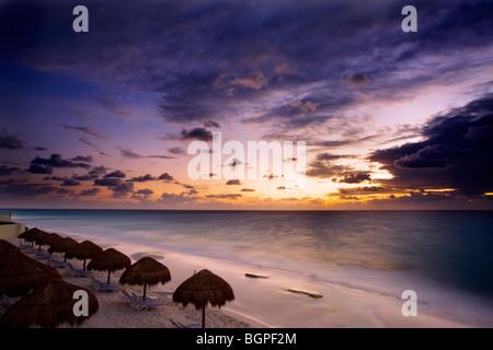 Sunrise entlang der weißen Sandstrände von Cancun auf der Halbinsel Yucatan in Mexiko Quintana Roo - Stockfoto