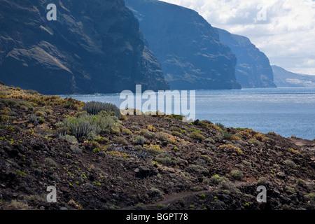 Gigantes Klippen von Punta de Teno, Teneriffa Kanarische Inseln. Der westlichste Punkt der Insel. Klippen sind fast - Stockfoto