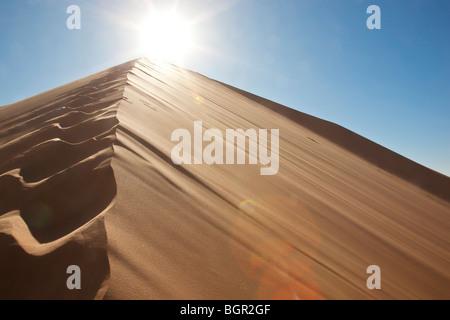 Spuren im Sand Dune mit Sonne und blauer Himmel - Stockfoto