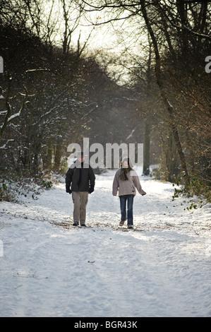 Ein paar entlang einer Schnees bedeckt Fußweg auf Cors Caron Naturschutzgebiet Mitte Wales, Januar 2010, Ceredigion, - Stockfoto