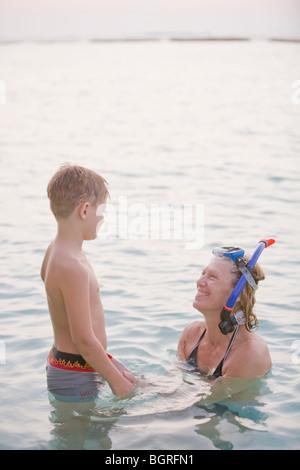 Mutter und Sohn, Baden im Meer, die Malediven. - Stockfoto