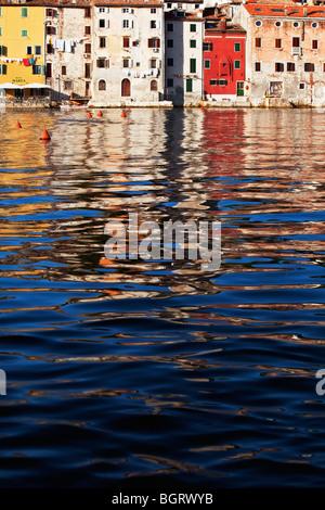 Wasserreflexionen im Hafen von Rovinj Istrien Kroatien - Stockfoto