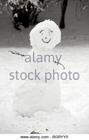 Einen Schneemann auf einem Hügel in Oxfordshire in den Cotswolds im Winter - Stockfoto