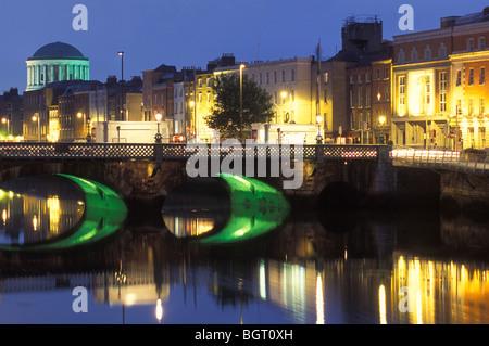 Skyline bei Nacht, Fluss Liffey, der Four Courts, Fluss Liffey, Dublin, Irland - Stockfoto