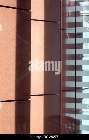 UCL Krebsinstitut: Paul O' Gorman Gebäude.  Innenraum Detail der Terrakotta-Lamellen und Verglasung. - Stockfoto