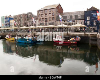 Die Quay Seite in Sutton Harbour, The Barbican, Plymouth, Devon, England Großbritannien - Stockfoto