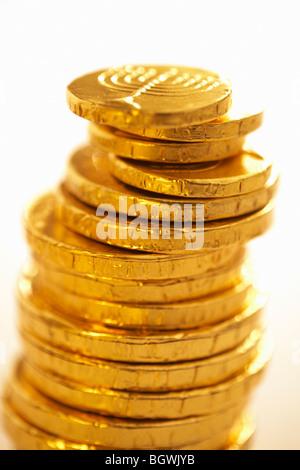 Haufen von Schokolade Goldmünzen in Folie gewickelt Nahaufnahme Menora Emblem auf Top Münze geprägt - Stockfoto